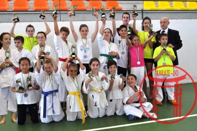 Los karatekas con sus trofeos