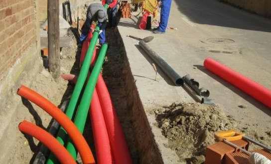 Foto de archivo: Soterramiento de cables