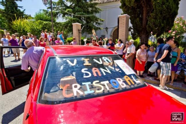 Uno de los vehículos decorados para frente a San Cristobal
