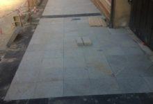 Photo of Las baldosas del nuevo tramo de la calle Maestra ya se estan instalando