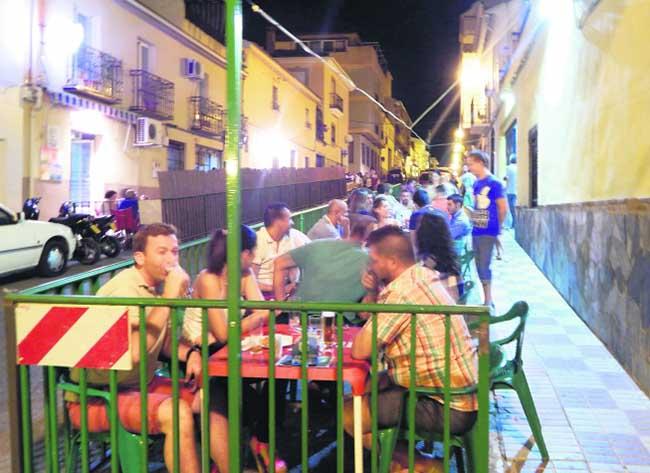 Clientes abarrotan una de las terrazas ubicadas en las calles del municipio. Foto: Elena Martínez