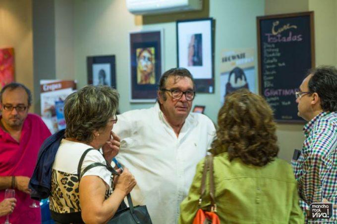 El autor habla con los asistentes a la inauguración