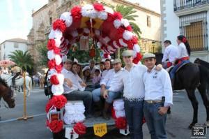 Las carrozas decoradas pasearon por las calles de la localidad