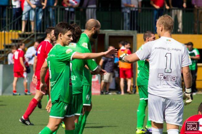 Los jugadores celebran la victoria al final del encuentro