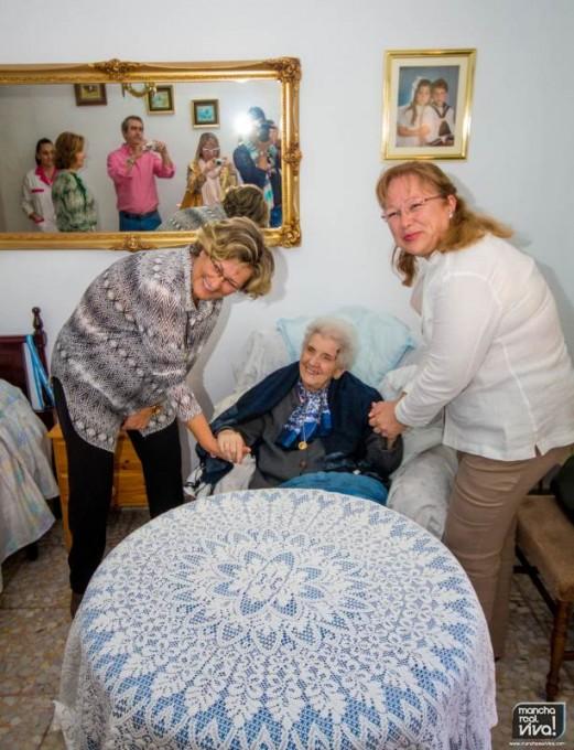 Adoración Quesada y Micaela Martínez junto a Catalina Herrera durante la entrega del dispositivo