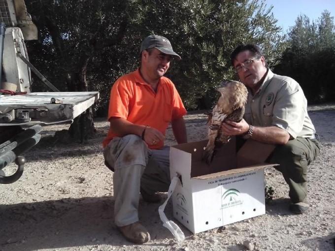 Jesús Linares junto con un miembro de Medio Ambiente
