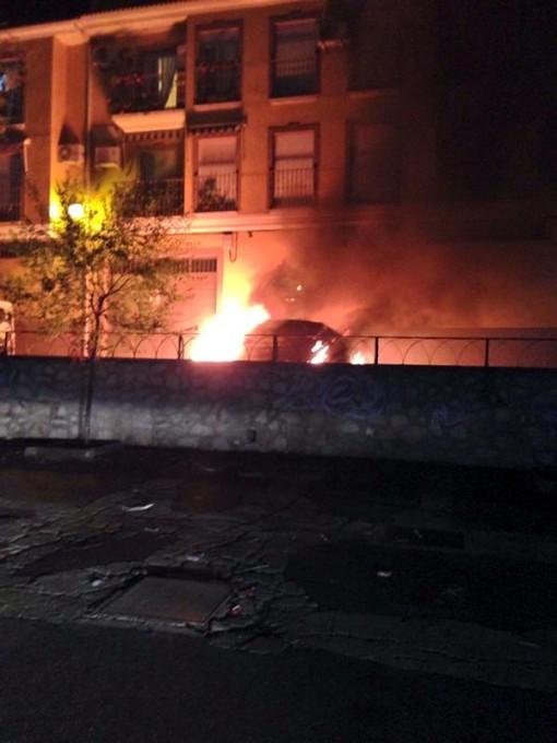 El vehículo ardiendo