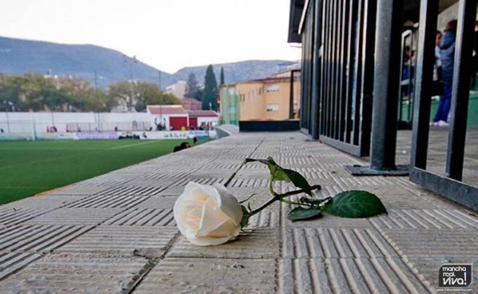 Una rosa blanca en el lugar donde Francisco veía los partidos del Atlético Mancha Real.