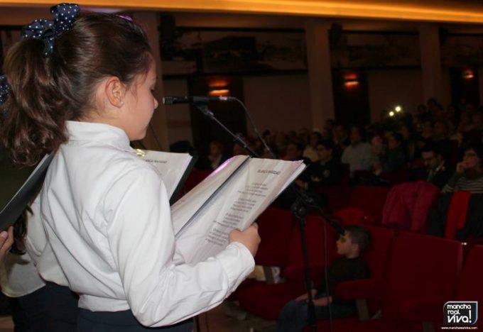 Una niña cantando en el concierto de Navidad de Amigos de la Musica