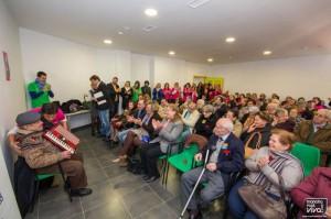Los asistentes escuchan la actuación de José García Aranda con su acordeón