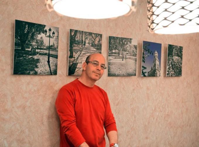 El autor Juan Jiménez junto a su exposición