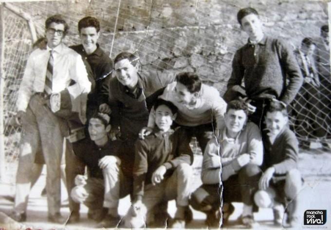 Grupo de amigos en el campo de fútbol en los 60