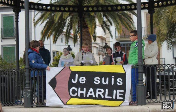 Una pancarta en memoria del atentado terrorista en Francia contra Charlie Hebdó