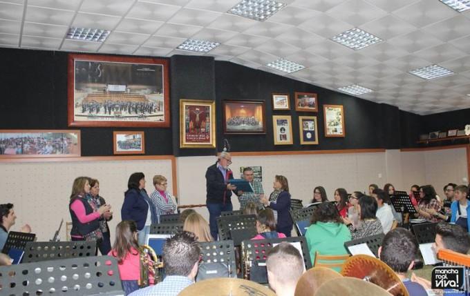 Jesús Jordán entrega la placa a Remedios Burgos