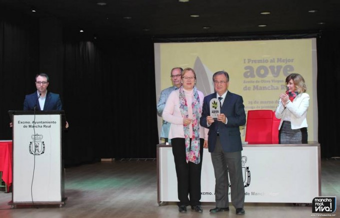 1º Premio Oleozumo, Carlos Martos con la Alcaldesa Micaela Martinez