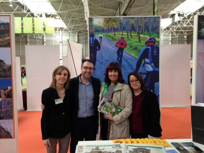 Micaela Navarro junto al Concejal de Turismo José Cobo en el stand de Mancha Real