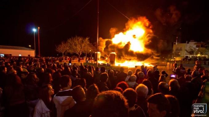 Miles de personas asisten a la quema de la Falla en el Recinto Ferial