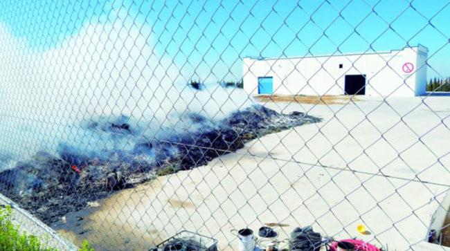 Rescoldos. Los restos del incendio en la empresa mancharrealeña, todavía humeantes. Elena Martínez. Diario Jaén