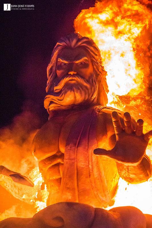La impresionante figura de Zeus entre las llamas