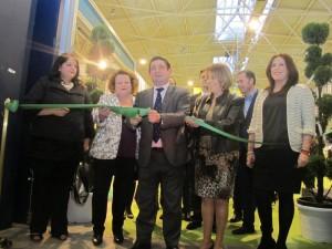 Francisco Reyes corta la cinta inaugural de la II Feria de los Pueblos en presencia de Purificación Gálvez y diputadas de la Corporación provincial
