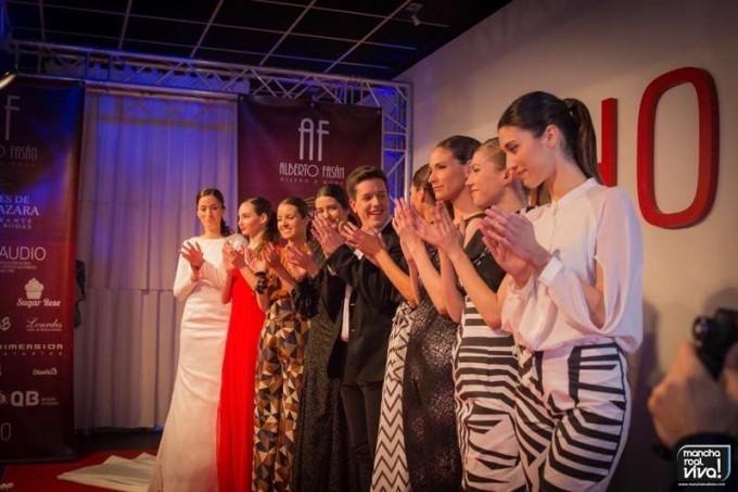 Alberto Fasán junto a sus diez modelos