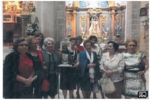 Vecinas y fieles con la Virgen en la Iglesia