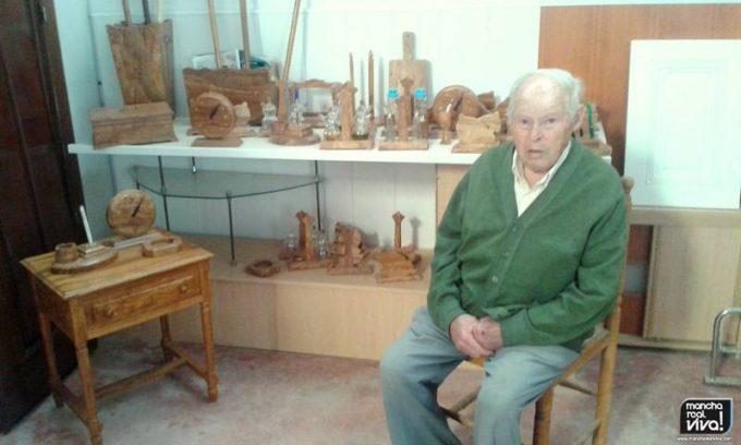 El maestro Juan Barrios en su rincón artesanal.