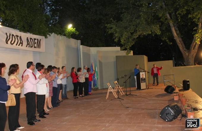 El candidato subiendo al escenario