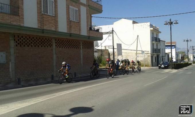Los ciclistas a su paso por la Av. de la Lonja