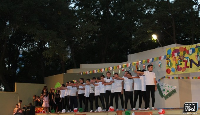 Los alumnos en una actuación