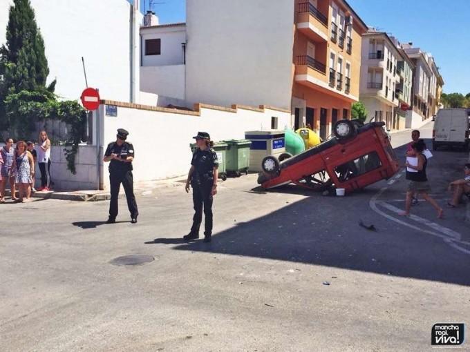 El choque provocó que la furgoneta quedase volcada sobre la calzada