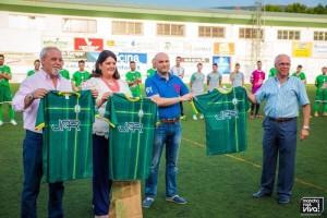 El teniente alcalde Jesús Jordan, la alcaldesa Maria del Mar Dávila, el concejal de deportes Tomás Páez y el presidente del club Juan de Dios Hermoso con la nueva camiseta de la temporada
