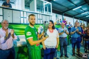 El nuevo capitan del equipo Ramón, recogió el trofeo de manos de la alcaldesa