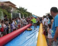 El tobogán acuático gigante reúne a cientos de jóvenes