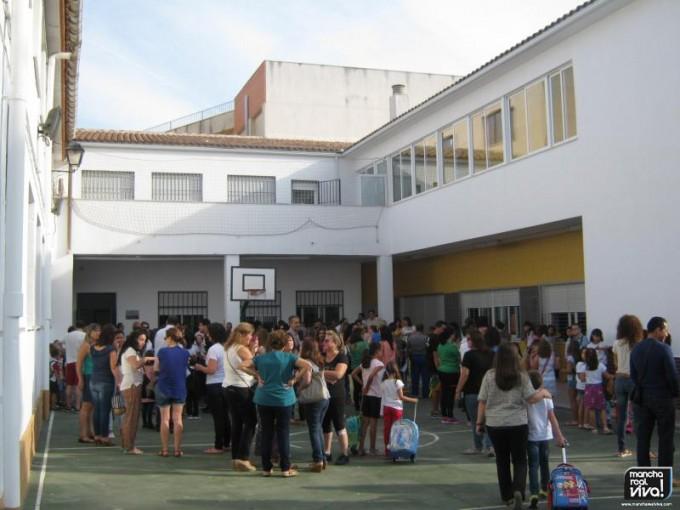 Las puertas de los colegios se llenaron de familiares de alumnos