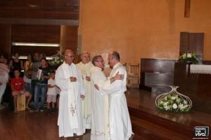 Los dos párrocos se dan un fuerte abrazo