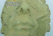 Photo of Tiran a una cuneta la cabeza de una escultura antigua ante un control de la Guardia Civil