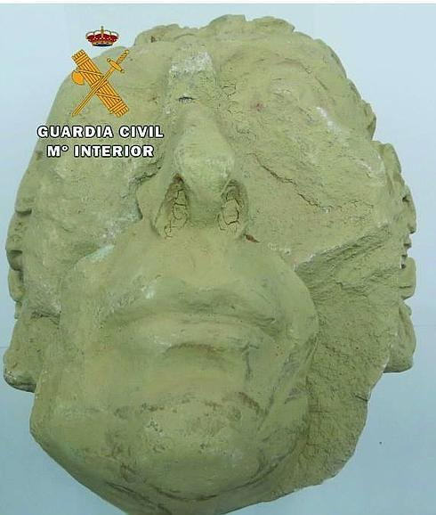 Escultura antigua encontrada por la Guardia Civil. / IDEAL