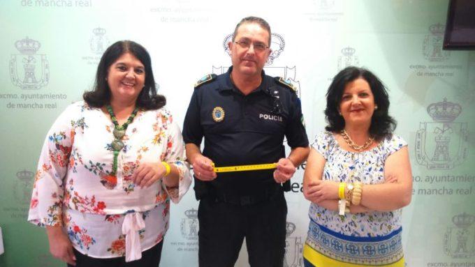 La Alcaldesa junto al Oficial Jefe de Polícia y la Concejala de Seguridad Ciudadana