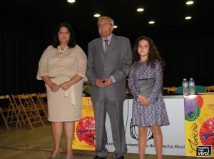 La Alcaldesa junto a José Luis Quero y a su nieta, a quien le entregó el pregón
