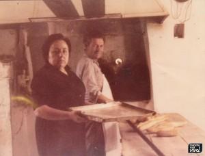 Pablo Planet y Luisa preparando pan
