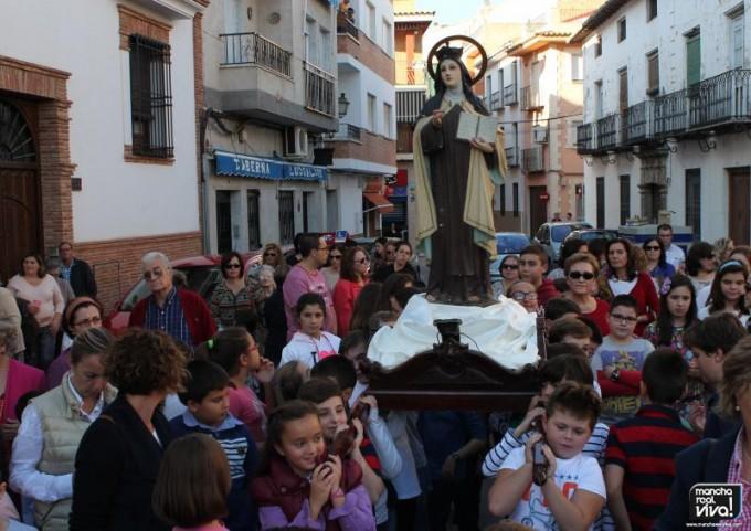 La imágen de Santa Teresa fue llevada a hombros por los niños