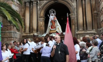 La lluvia desluce la Ofrenda Floral de la Virgen del Rosario 2015