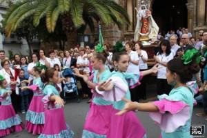 Grupo de niñas bailando sevillanas a la Virgen