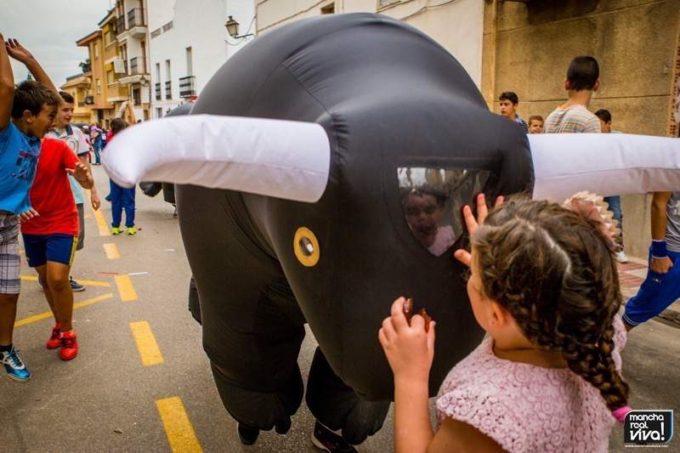 Los toros acapararon la atención de muchos niños y niñas que disfrutaron con cada carrera
