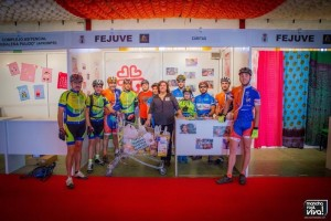Los clubes ciclistas locales entregan los alimentos de la ruta solidaria a Caritas