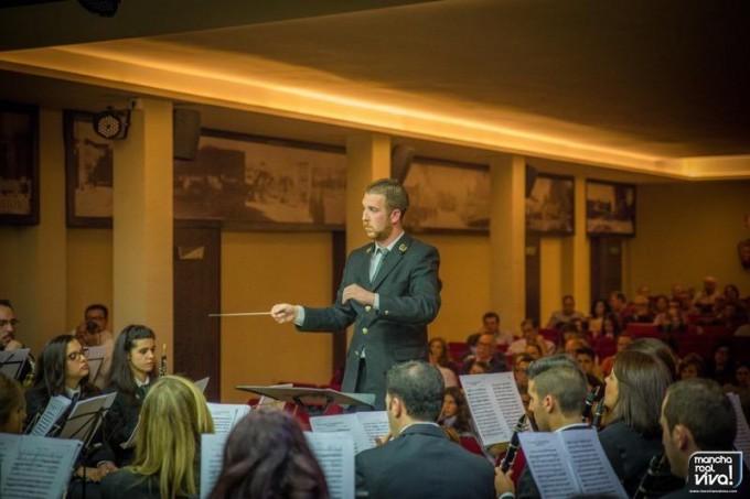 El Maestro Don Julio A. Cobo Sánchez dirigiendo el concierto