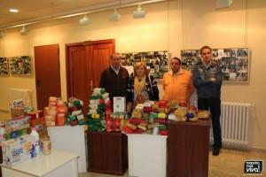Miembros de Cáritas con los alimentos recogidos