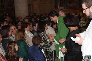 Los fieles pasaron a besar sus manos