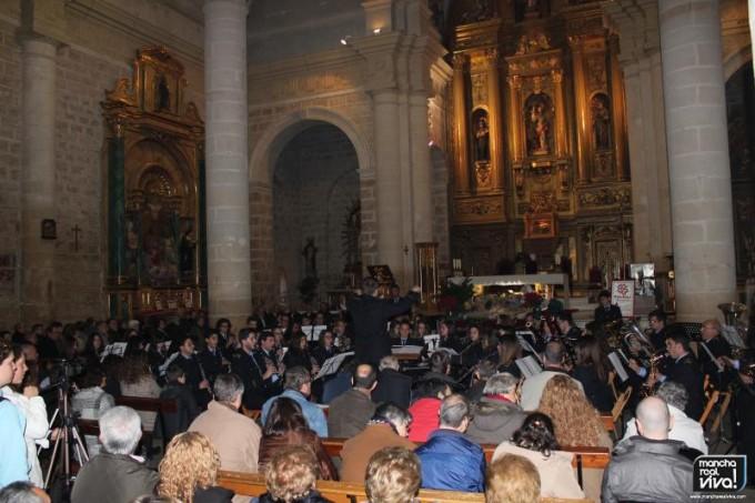 Bonita imagen del concierto con el Altar Mayor al fondo